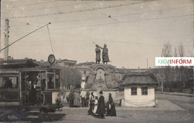 1910-год-Памятник-Искра-и-Кочубей-район-станции-метро-Арсенальная